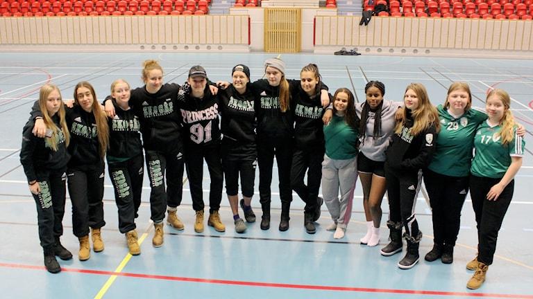 Skogås HK A-flickor laddar inför handbollsmatcherna i Rallarcupen i Kiruna.