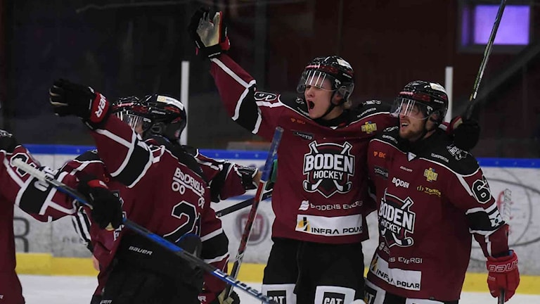 Boden Hockeys Sebastian Huczkowski jublar efter sitt mål.