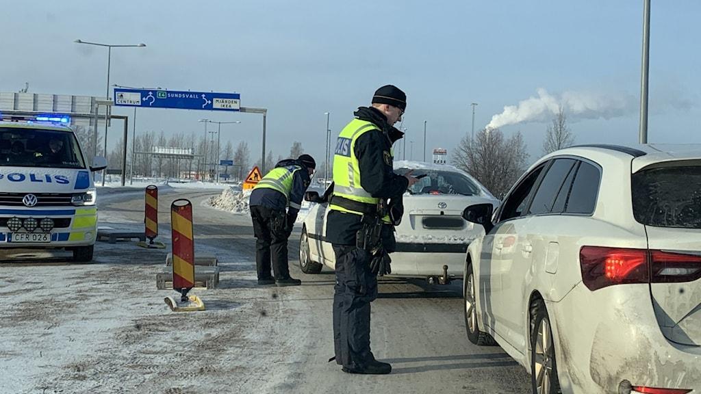 Gränspolisen kollar bilisters coronaintyg i Haparanda.