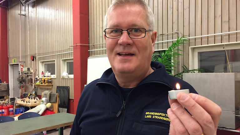 Brandinspektör Lars Strandberg på övningsfältet.
