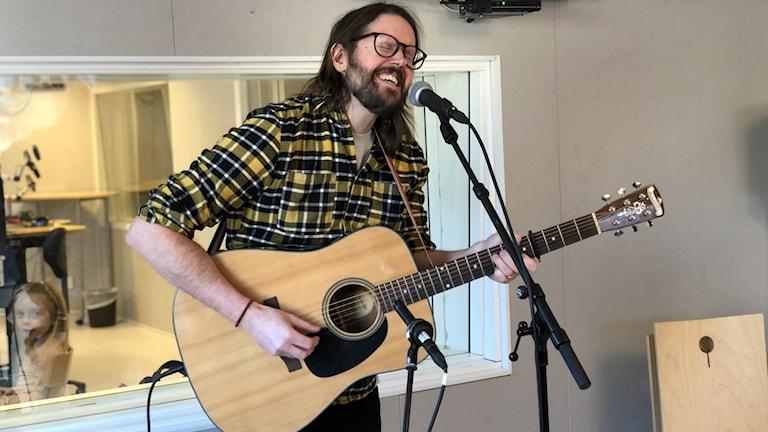 Jonah Griks (Jonas Eriksson) spelar akustisk gitarr och sjunger i P4 Norrbottens studio.