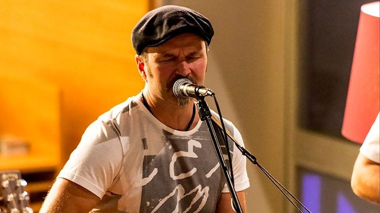 Hans Taavola, deltagare i P4 Nästa 2017, sjunger i mikrofon.