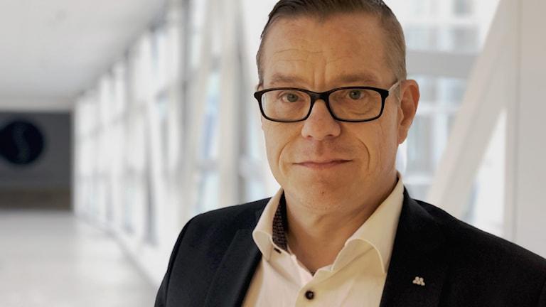 Anders Josefsson (M) gruppledare Luleå tittar in i kameran.