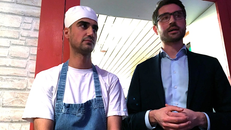 Danyar Mohammed och hans advokat Fredrik Bergman på pizzafest i Jokkmokk.