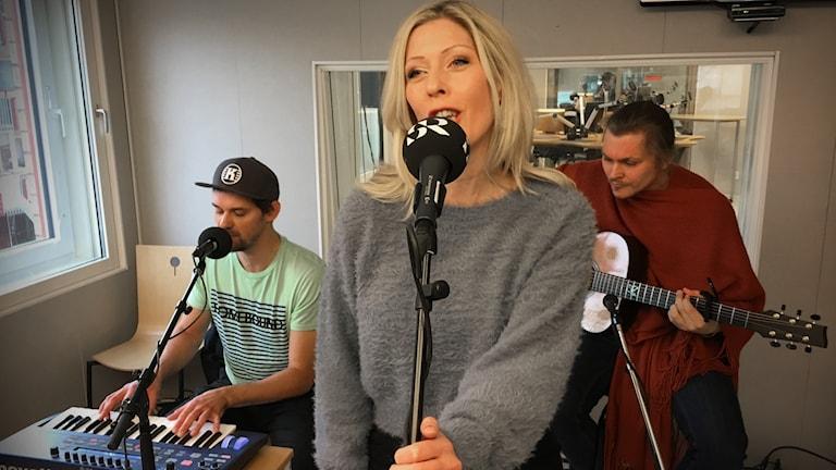 Avakhan: Joakim Lundgren på keyboard, sångerskan Frida Eckermann och William Nordlund på akustisk gitarr.