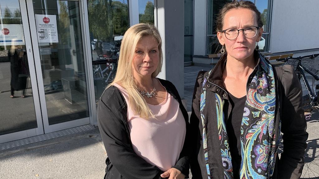 Marianne Engberg, ordförande Kommunal Region Norrbotten, och Camilla Eriksson Sundberg, ordförande Vårdförbundet Norrbotten, på väg in till mötet där regionledningen ska informera om förslag till besparingar i sjukvården.