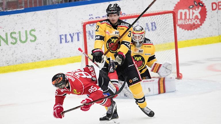 Luleå Hockeys Oscar Engsund mot Örebro