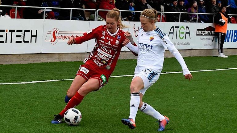 Nina Jakobsson gjorde matchens enda mål. Här i duell från en tidigare match.