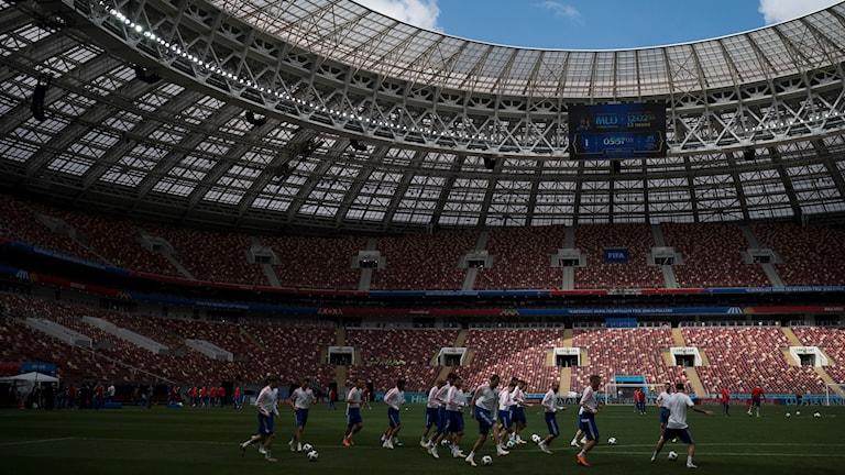 Rysslands landslag värmer upp i arenan i Moskva inför fotbolls-VM 2018.