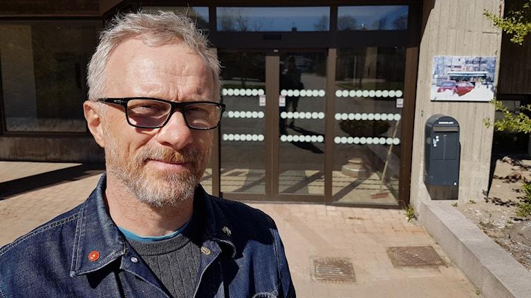 Peter Waara utanför kommunhuset i Haparanda.Peter Waara utanför kommunhuset i Haparanda.