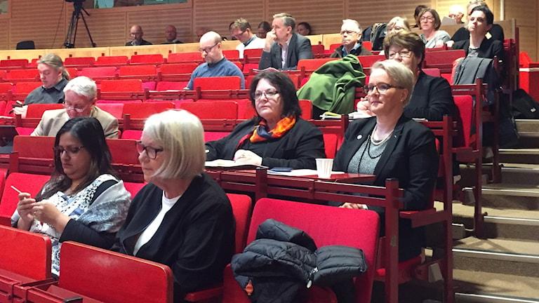 Regionstyrelsens ordförande Maria Stenberg (S) med flera på läktarplats i regionfullmäktige.