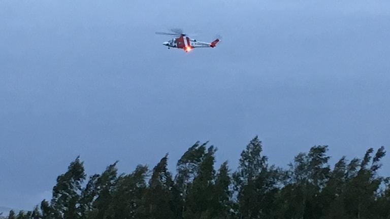 Räddningshelikopter söker efter drunknad man i blåsigt väder.