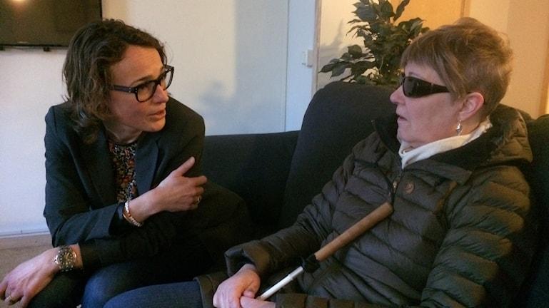 Anna Kowal, marknadschef på LLT träffar synskadade Karin Sundbaum för att prata om att de automatiska hållplatsutropen på lokalbussarna fungerar dåligt.