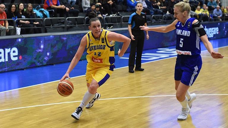 Sveriges Anna Barthold i basketlandskampen mot Finland i Luleå.