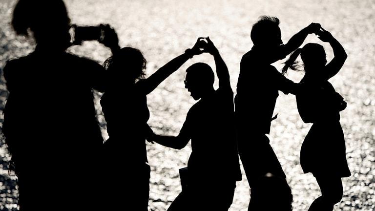 Skuggor av människor som dansar.