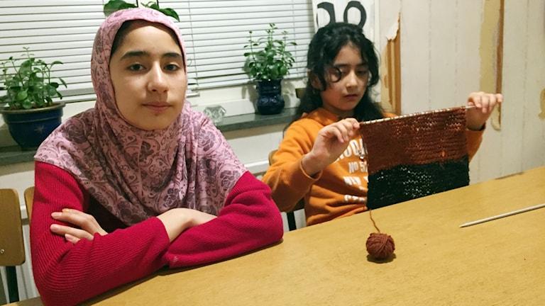 Asma och Fatema hemma vid köksbordet.