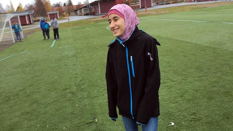 Asma Mousavi på fotbollsplanen.