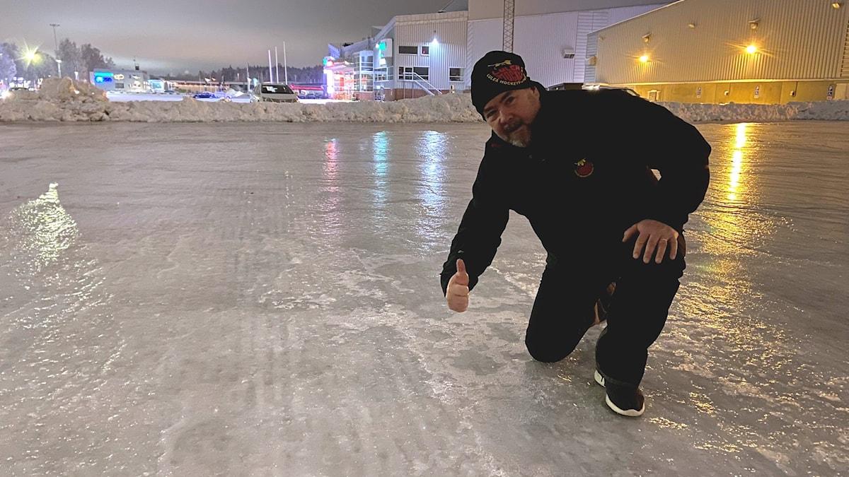 Helge Lauritsen på Luleå Hockeys spolade is på Coop Norrbotten Arenas parkering.