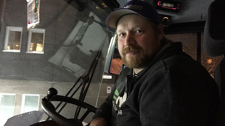 Snöröjaren Henrik Eriksson i sin hjullastare.