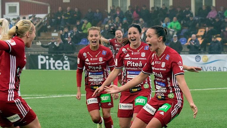 Piteå IF jublar efter mål mot Umeå IK i Damallsvenskan i fotboll.