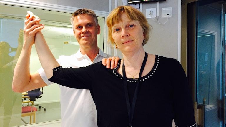 Sjukgymnast visar övning på reporter Eleonor Norgren