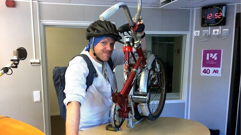 Micke Boström, entusiastisk vardagscyklist visar upp sin hopvikbara cykel.