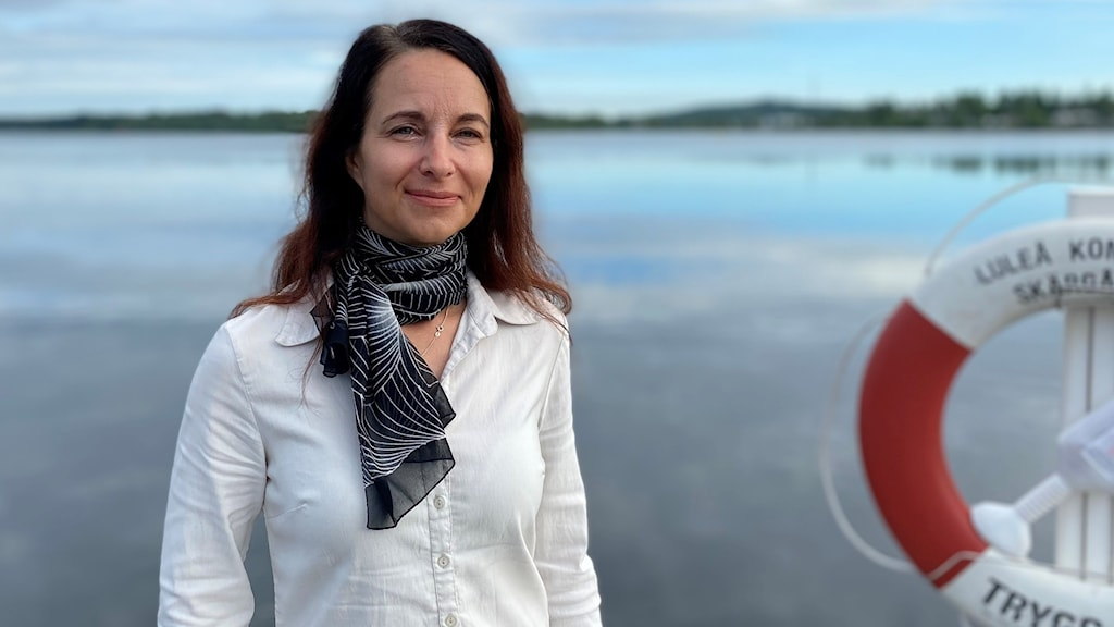 Linda Karlsson vid en kaj med en livboj hängande vid sidan