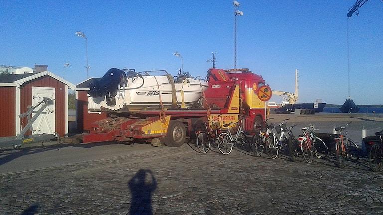 En av båtarna transporteras bort från kajen efter olyckan.