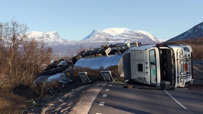 En lastbil med släp som vält på vägen.