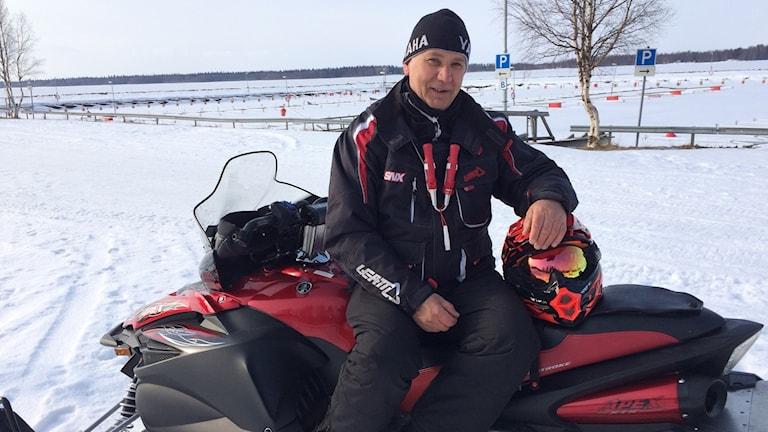 Stefan Hult på snöskoter.