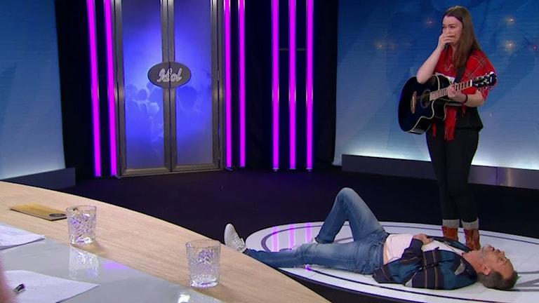 Idol-jurymedlemmen Alexander Kronlund lägger sig vid Anna Mi Svedjekrans fötter.