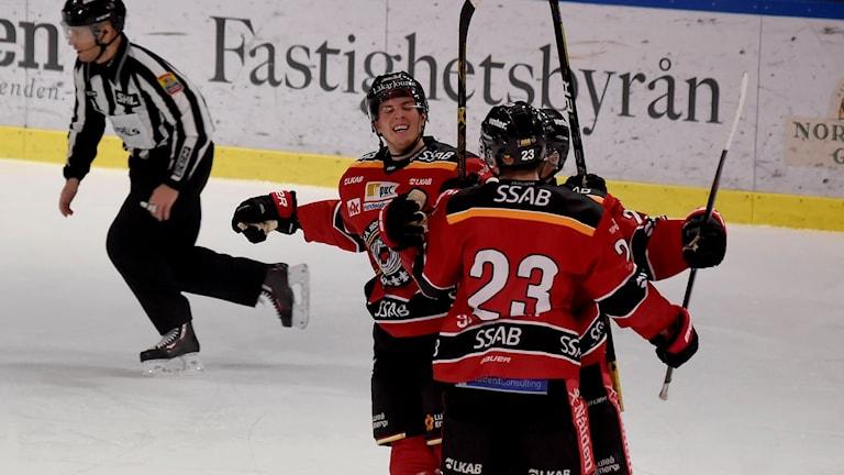 Luleå Hockey jublar efter mål mot Färjestad