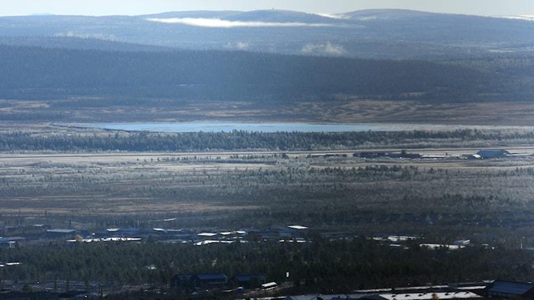 En konstgjord sjö och en dammkonstruktion finns kvar bredvid flygplatsen i Kiruna.