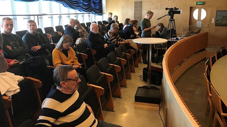 Åhörare på plats i sessionssalen inför beslutet om skolnedläggningar i Luleå kommun.