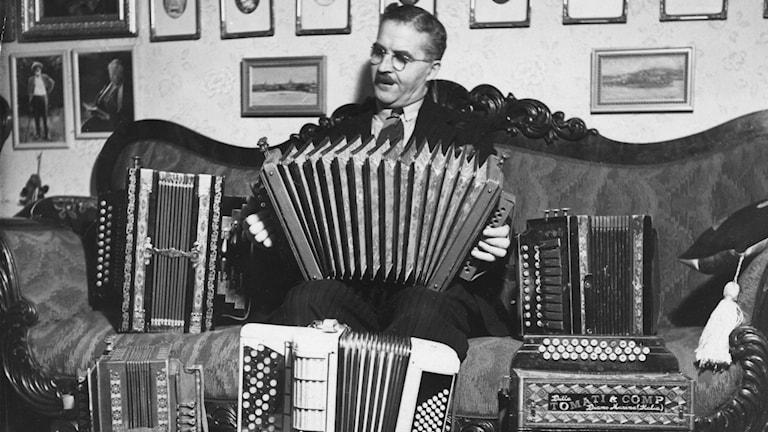 Carl Jularbo med sina dragspel.