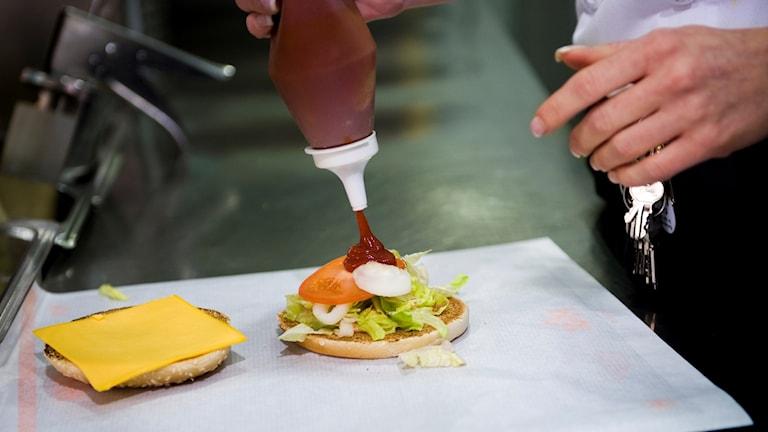 Max hamburgare med ketchup.