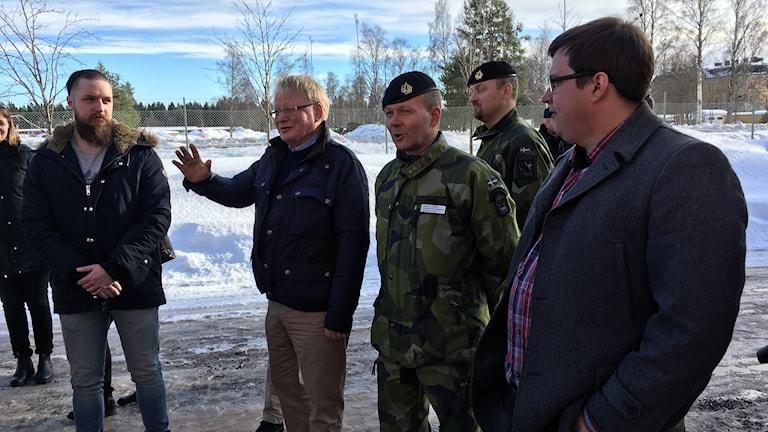 Försvarsministern pratar med några av soldaterna.