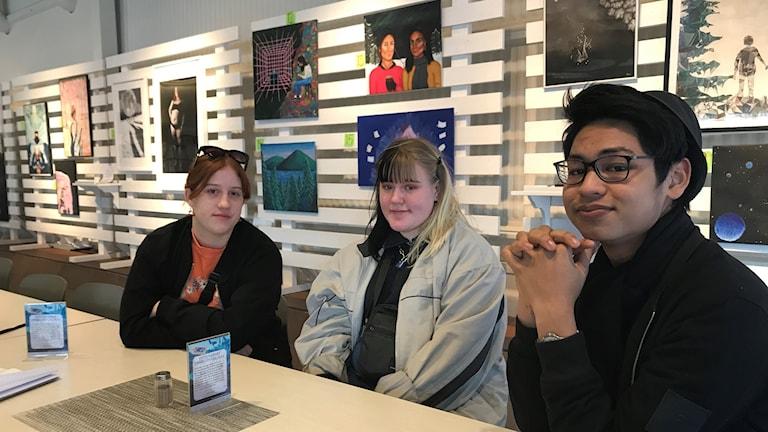 Moa Antonsson, Jessica Larsson och Kanapat Buddhasri Rojroung, elever vid estetprogrammet i Luleå som deltar i utställningen Face me.