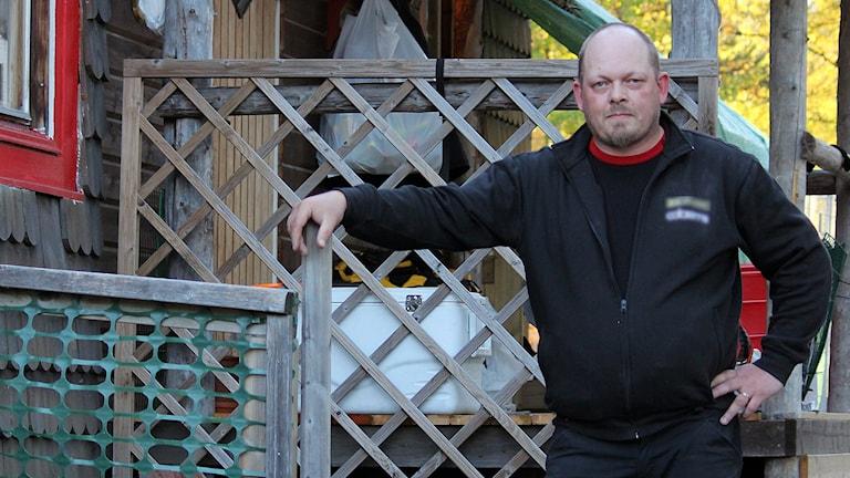 Tony Nilsson bredvid sitt hus i Östra Malmberget.