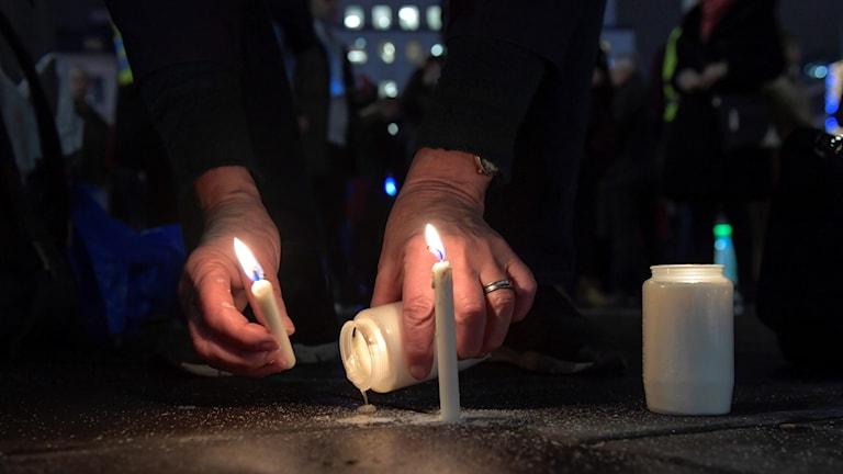 Ljus tänds till minne av Kristallnatten för 80 år sedan. Foto: Janerik Henriksson/TT