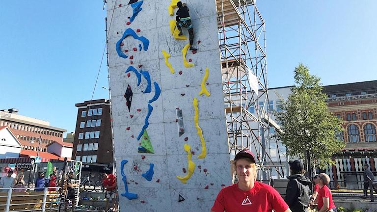 Kristoffer Lindbäck från Luleå klätterklubb framför klätterväggen i Luleås norra hamn.