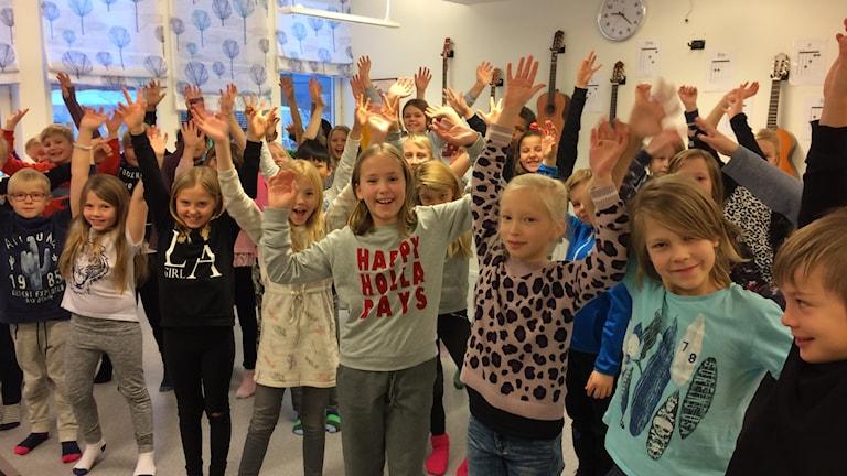 Glada treor på Furuparksskolan inför adventskonserten.