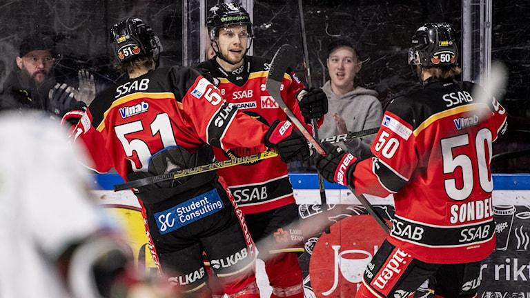 Petter Emanuelsson firar med lagkamrater efter 1-0 mot Frölunda.