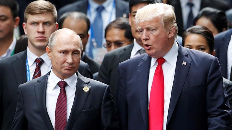 Vladimir Putin och Donald Trump under Apec-mötet i Vietnam 2017.