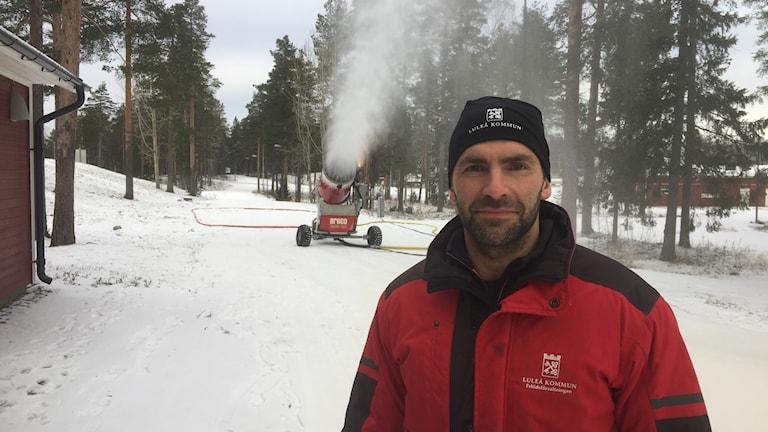 Andreas Fagervall med snökanonen i skidspåren på Ormberget i Luleå.