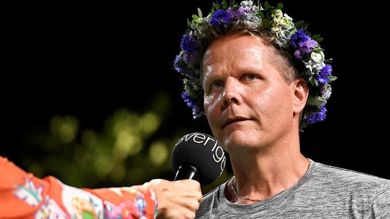 Kaj Linna intervjuas i blomsterkrans inför Sommar i P1.