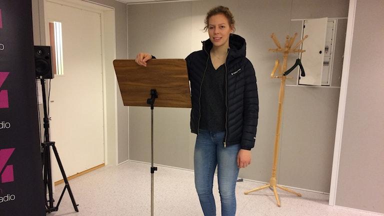 Wilma Marklund visar i P4-studion hur höga hinder hon hoppar över, upp till 150 centimeter.