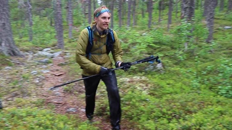 Max Själin slår rekord på Kungsleden. Bilden är tagen en regnig dag utanför Jäckvik.