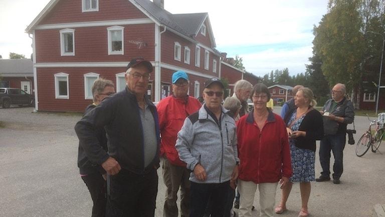 Byborna som samlats vid invigningen av Älvsbyns kommuns servicepunkt i lanthandeln i Vistträsk.