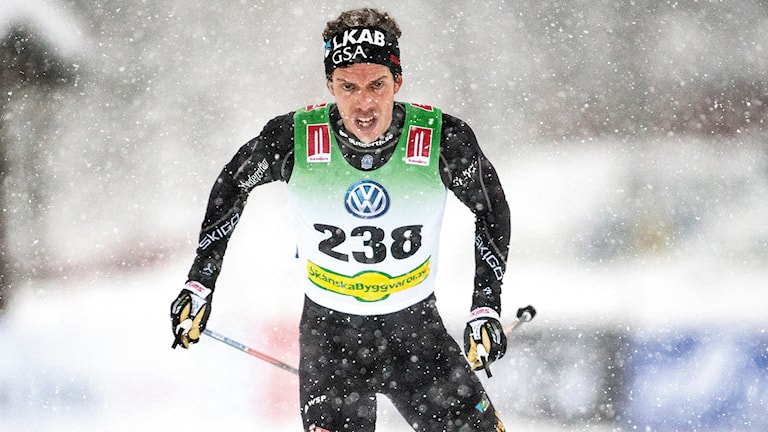 Längdskidåkaren Marcus Hellner i snöfallet under skidpremiären i Bruksvallarna 2016.